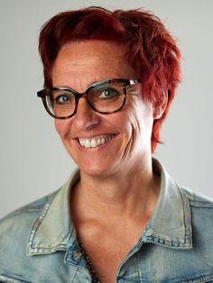 Al van kleins af aan schrijft Simone Grimberg korte verhalen en vertelde ze tijdens haar werk met moeilijk opvoedbare kinderen veel zelfverzonnen verhalen. Dankzij een zedenrechercheur die Simone enkele jaren geleden leerde kennen, werd Simone geprikkeld om verder te gaan schrijven. Deze rechercheur werd de bron voor haar debuut als schrijfster met het boek 'Niemand die me ziet. #niemanddiemeziet #simonegrimberg #futurouitgevers