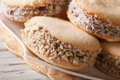 Argentina: Alfajores 17 Of The Best Classic Cookies Around The World Sweet Recipes, Vegan Recipes, Yummy Recipes, Cookie Recipes, Dessert Recipes, Desserts, Healthy Cupcakes, Buttery Cookies, Crack Crackers