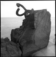 Iñaki Eraunzetamurgil, photographer. Haizearen Orrazia, Donostia, by Eduardo Chillida.