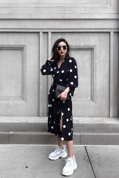 96 of the Chicest White Sneaker Outfits I've Ever Laid Eyes On weiße Turnschuhe Outfit Dress And Sneakers Outfit, Sneaker Outfits Women, Sneakers Fashion Outfits, Mode Outfits, Dress Outfits, Casual Outfits, Overalls Outfit, White Sneakers Outfit Spring, Outfit Work