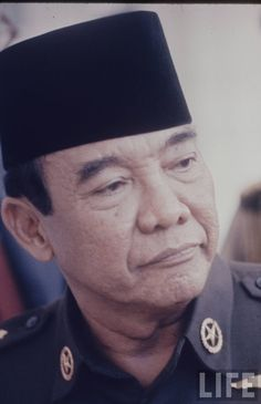 sukarno-1966-42fc697a563e5065_large Veterans Memorial, Great Leaders, Do You Remember, Founding Fathers, Animals And Pets, Documentaries, Presidents, Captain Hat, The Past