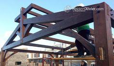 Montaje de cercha de madera laminada. Estructura a 2 aguas con lucenario superior de ventilación. navarrolivier.com