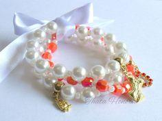 Cód: PUL330 <br> <br>Conjunto com 3 pulseiras de pérolas, bolas laranjas, pingentes diversos e fita de cetim.                                                                                                                                                                                 Mais