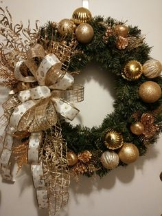 Christmas Candle Decorations, Christmas Door Wreaths, Christmas Arrangements, Christmas Swags, Gold Christmas, Holiday Wreaths, Christmas Themes, Christmas Holidays, Christmas Projects
