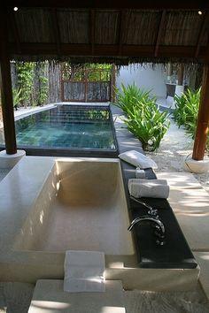 arrière plan : piscine prolongement terrasse arrondie + deck