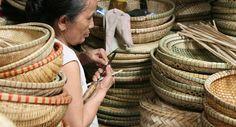 Ces artisans viennent vendre leurs objets confectionnés en bambou, à Hué, au Vietnam.