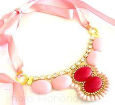 Cód: CN163  Maxi Colar em couro bege com pedras de resina rosa, strass, metais dourados, fecho em fita de cetim rosa. R$ 32,00