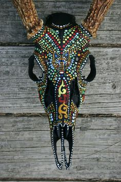 Animal Skull Painting by Veronica Jones, via Behance. Painted and decorated skulls are a big thing in Austin. Antler Crafts, Antler Art, Skull Crafts, Deer Decor, Skull Decor, Antler Decorations, Deer Skull Art, Horse Skull, Skull Artwork