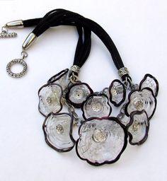 Declaración murano collar, collar de tapas.  Cristal transparente y negro tapas collar con cordones negros, hecho a la medida