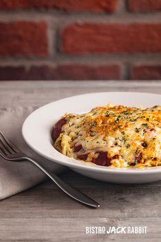 Spaghetti gratiné sauce à la viande et fromage gratiné. Disponible au Bistro Jack Rabbit du Centre de ski Le Relais. Bistro, Jack Rabbit, Lasagna, Centre, Spaghetti, Ethnic Recipes, Food, Budget, Cheese