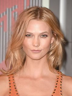 Karlie Kloss's minimal makeup look + tousled waves // VMAs