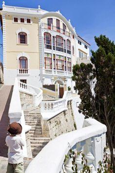 Casa Mir, con su fachada modernista, en Mahón. Menorca, Villas, Amazing Buildings, City Life, Facades, Travel Inspiration, Spaces, Holidays, Mansions