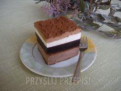 Sernik czekoladowy z musem z czarnej porzeczki i kremem śmietankowym