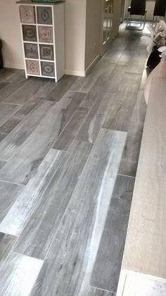 kronos woodside kauri houtlook tegels keramisch parket Grey Vinyl Flooring, Hardwood Floors, Floor Rugs, Tile Floor, Cabins In The Woods, Old And New, Sweet Home, New Homes, Rustic