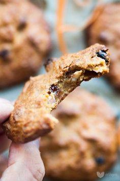 Słodziutkie i chrupiące, z aromatycznym kokosem i migdałami, zupełnie bez cukru i glutenu – zasmakują każdemu! Ciasteczka jaglane – najlepsze ze szklanką mleka migdałowego lub prosto z lunchboxa w pracy. Tylko z 5 składników!
