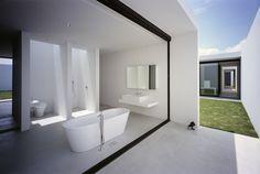 General Design est un studio fondé en 1999 par Shin Ohori. Depuis sa création, ses architectes et designers travaillent dans le monde entier, plébiscités grâce à leurs créations originales et contemporaines.  Pour cette magnifique maison de villégiatures située non loin des plages de Kujukuri au Japon, le propriétaire, un photographe, voulait un lieu entièrement dédié au dialogue entre l'ombre et la lumière. Les architectes ont réalisé cette imposante bâtisse d'un étage en béton qui offre...
