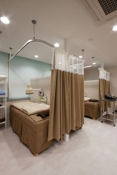 Home Spa Room, Spa Room Decor, Beauty Room Decor, Spa Rooms, Medical Office Design, Pharmacy Design, Clinic Interior Design, Clinic Design, Hospital Curtains