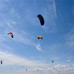 Pourquoi ne pas essayer du Kitesurfing? #InfinimentCanada : @mamielisec #repost : @outaouais  #voyagevoyage #paysage #destination #canada #outaouais #gatineau #voyage #aventure #kitesurf #blogvoyage #instatravel