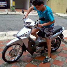 Vendo moto Honda Biz color plata apalossa, modelo 2009 excelente estado,muy cuidada, única dueña, como nueva 23 mil kilómetros  Interesados llamar al cel 3122844452 o al número telefónico local que aparece en el anuncio. Precio $ 3.000.000