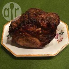 Schweine-Senfbraten / Der Braten sollte mit den Gewürzen und dem Senf eine Weile ziehen, dann schmeckt er noch besser. @ de.allrecipes.com