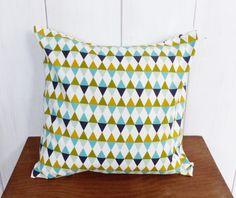 Housse de coussin 40x40 motifs Triangles moutarde, antracite, vert et bleu glacier décoration scandinave : Textiles et tapis par zig-et-zag
