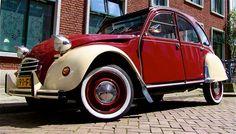 Klassieke Eend    De 2CV is een auto van de Franse autofabrikant Citroën. De afkorting staat voor 'Deux Chevaux Vapeur', wat twee paardenkracht stoom betekent, een maat voor het vermogen  Populaire bijnamen zijn Lelijk eendje (of kortweg eend) in Nederland en Geit in België.
