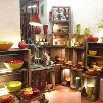 Ikherbane Ceramic Voici le coin de Sandra notre céramiste de talent qui mélange les couleurs  et ose des formes originales pour le plus grands plaisir des clients Sa vaisselle passe au lave vaisselle et au micro onde ...