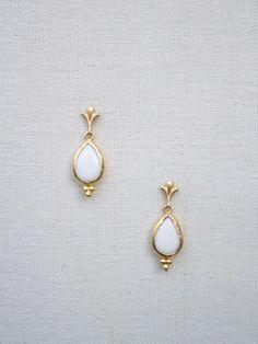 PENDIENTES JADE. Pendientes de novia pertenecientes a la colección de joyas para novias de La Gorgone. Estos maravillosos pendientes están elaborados con dos lágrimas de jade natural blanco y piezas de latón bañado en oro.