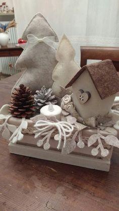 Alberi e casetta in feltro Christmas Makes, Noel Christmas, Rustic Christmas, Handmade Christmas, Felt Crafts, Christmas Crafts, Christmas Decorations For The Home, Christmas Centerpieces, Decoration Table