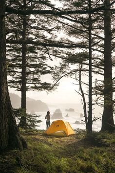 RV And Camping. Great Ideas To Think About Before Your Camping Trip. For many, camping provides a relaxing way to reconnect with the natural world. If camping is something that you want to do, then you need to have some idea Camping Ideas, Camping Hacks, Camping Bedarf, Retro Camping, Camping Supplies, Camping Essentials, Outdoor Camping, Camping Checklist, Camping Guide