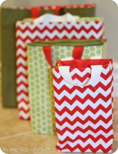 Make your own reusable gift bags with this fabric gifts bags tutorial. Perfect for holidays, birthdays and more! Sewing Patterns Free, Free Sewing, Free Pattern, Pattern Fabric, Christmas Gift Bags, Christmas Diy, Christmas Fabric, Christmas Wrapping, Christmas Presents