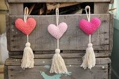 Corazon Crochet Cosas A Crochet Heart Art Ely Tassel Necklace Mandala Tassels Crochet Dolls Felt Cute Crochet, Crochet Dolls, Knit Crochet, Knitted Heart, Diy Home Crafts, Wooden Hearts, Xmas Decorations, Craft Fairs, Christmas Crafts