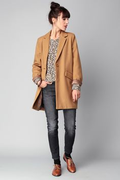 Pull gris chiné + jeans brut + manteau fauve + derbies fauves