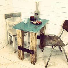 Neue shabby Sitzecke für unser Café.  Tisch selbst gebaut aus Resten. +zwei shabby industrielle Stühle. www.livinxsten.de