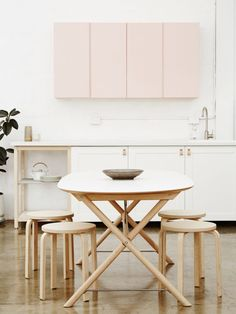 What I like most about this kitchen, it the fact that this small, yet adequate circular table and the stoels are not only appealing to the eye, but functional in a space saving way
