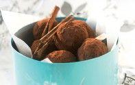 Voici un dessert qui sent bon les fêtes de Noël ! Ces truffes délicatement parfumées à la cannelle et à la vanille vous enchanteront !