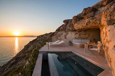 Le sublime établissement Cap Rocat, toisant la baie de Palma de Majorque, s'est enrichi de 3 suites luxueusement lovées dans la falaise.