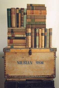 pretty much my style.not that i read. Old Books, Vintage Books, Old Trunks, Book Holders, Home Libraries, I Love Books, History Books, Book Worms, Book Art
