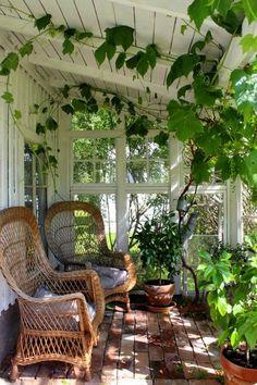 terrasse fermee toit en pente blanc ambiance romantique vieux style vintage