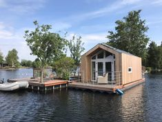 Granny pods ideas Natuurhuisje 33770 - vakantiehuis in Vinkeveen Granny Pods, Holiday Places, Floating House, Beautiful Places To Visit, Places To Go, House Styles, Big Lake, Houseboats, Camping