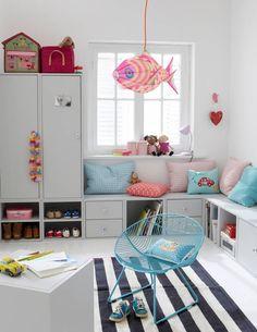 Pokój dziewczynki z siedziskiem pod oknem