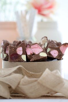 This Clinkers Rocky Road really is the only rocky road recipe you'll ever need! It's made from milk chocolate, raspberry lollies, marshmallows and Clinkers… and it will be ready in 10 minutes! Fudge Recipes, Candy Recipes, Sweet Recipes, Baking Recipes, Dessert Recipes, Cadbury Recipes, Xmas Food, Christmas Baking, Oh Fudge