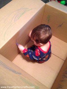 Voor deze activiteit heb je een grote kartonnen doos nodig. Hierin steek je de baby. En geef je een klein potloodje aan het kindje zo kan de baby de binnenkant van de doos inkleuren.