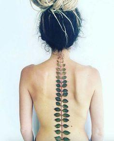 """La artista del tatuaje Pis Saro toma inspiración del medio ambiente para crear estos impresionantes tatuajes florales para sus clientes. Según la propia Pis """"Planto flores y las observo cada día, mirando cada detalle en sus pétalos y hojas. ¡No son tan simples como parecen!""""  Pueden ver más de su trabajo aquí ⇒ http://tlnt.at/29TH1m"""