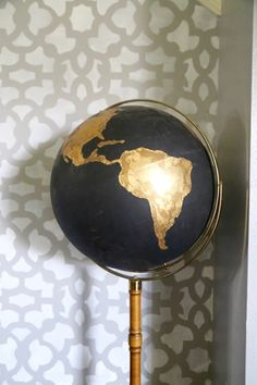 How to take an ugly thrift store globe and turn it into something amazing! This black and gold globe is made with craft paint and gold leaf, and you wont believe how gorgeous it turned out! - Crafts Diy Home Gold Globe, Gold Rooms, Gold Bedroom, Gold Diy, Art Globe, Globe Projects, Art Projects, Sewing Projects, Crafts