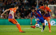 Luis Suárez en la acción con Aleksandar Kolarov y John Stones