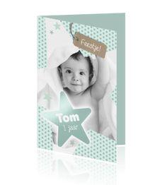 Hippe uitnodiging voor een kinderfeestje van een jongen van 1 jaar (aanpasbaar) met eigen foto en sterren in mint groene kleuren. Trendy kaart van Luckz.