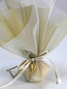 Μπομπονιέρα γάμου - Λαδί τούλι με διακοσμητικό φυλλαράκι ορείχαλκου. Η τιμή συμπεριλαμβάνει το Φ.Π.Α. και 5 κουφέτα αμυγδάλου Χατζηγιαννάκη Wedding Favors, Wedding Ideas, Centerpieces, Wedding Planning, Deco, Communion, Ankara, Confetti, Tags