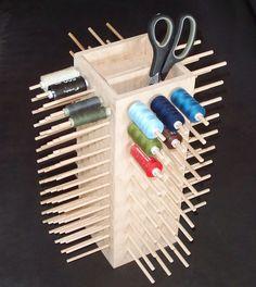 Praktischer Ständer für 155 Garnrollen.  Alle Rundstäbe haben eine Länge von ca 8 cm,  An 2 Seiten sind Rundstäbe mit 6 mm Durchmesser in 3,5 cm Abstand angebracht,  an den anderen 2 Seiten...