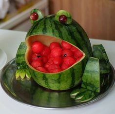 deko-wassermelone-frosch-partyessendeko-wassermelone-frosch-partyessen Carving your own watermelon basket couldn't be easier. In just a few simple steps I'll show you how to make a watermelon basket in the most delicious way possible! Fruit Decorations, Food Decoration, Watermelon Carving, Carved Watermelon, Watermelon Art, Watermelon Basket, Watermelon Animals, Watermelon Monster, Cute Food